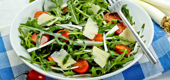 rocket-and-leek-salad-with-vinaigrette-dressing